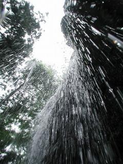 滝の中から
