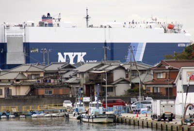巨大船、現れる